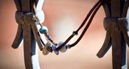 Certaines marques utilisent des pierres pour la création des bijoux