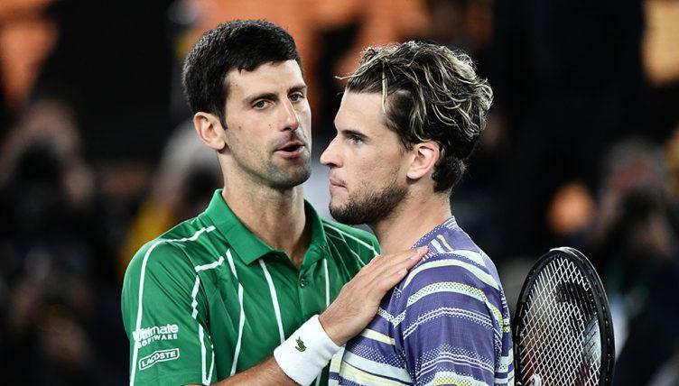 Dominic Thiem consolé par Novak Djokovic
